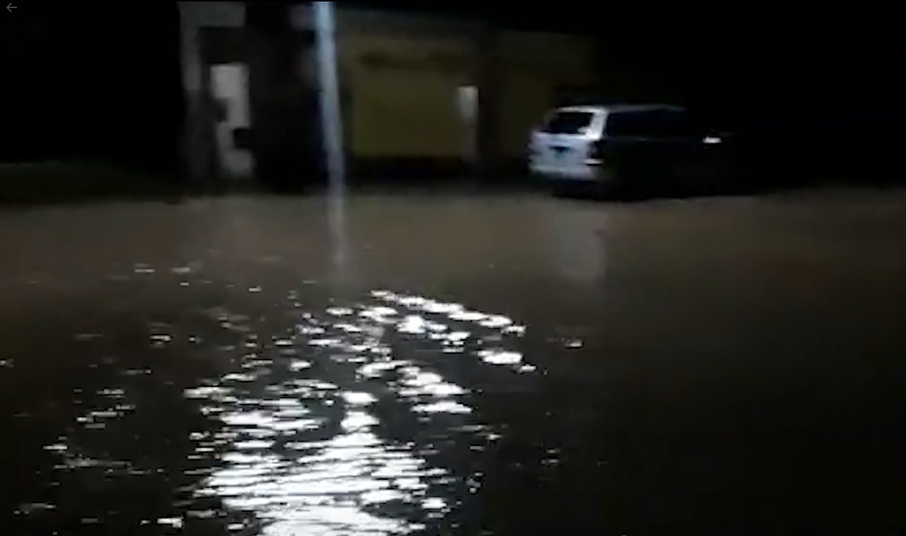 Lluvia anegó calles en Guasave