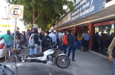 Denuncian aglomeraciones en oficinas de Vialidad en Los Mochis