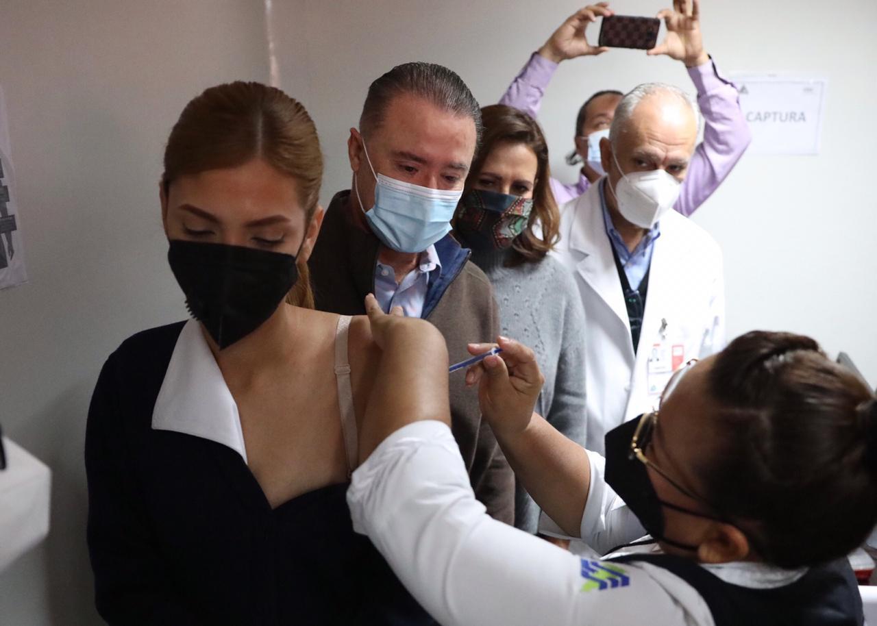 Inicia vacunación contra COVID en Sinaloa, aplican a personal de salud, después será para adultos mayores