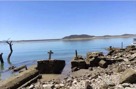 Se avistan viviendas y tumbas en presa Hidalgo ante bajo nivel de almacenamiento
