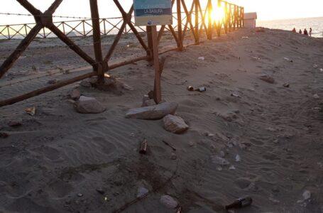 Botellas y basura, quedan esparcidas en playa Valle Encantado