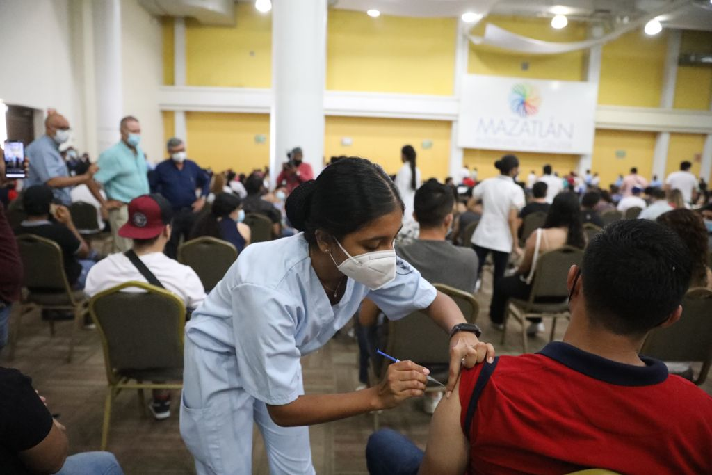 Inicia vacunación de jóvenes de 18 y más en Sinaloa