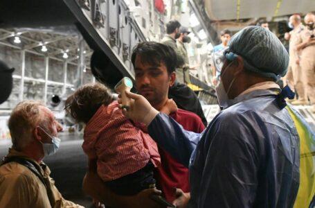 Recibe México a reporteros afganos junto con sus familias