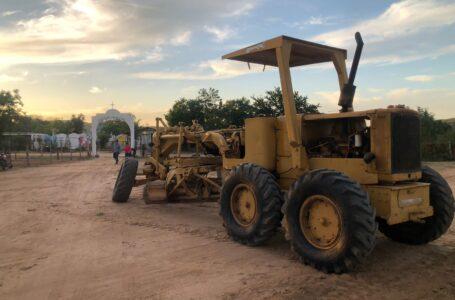 Atiende Gildardo Leyva necesidades de alumbrado y raspado de calles en comunidades de El Fuerte